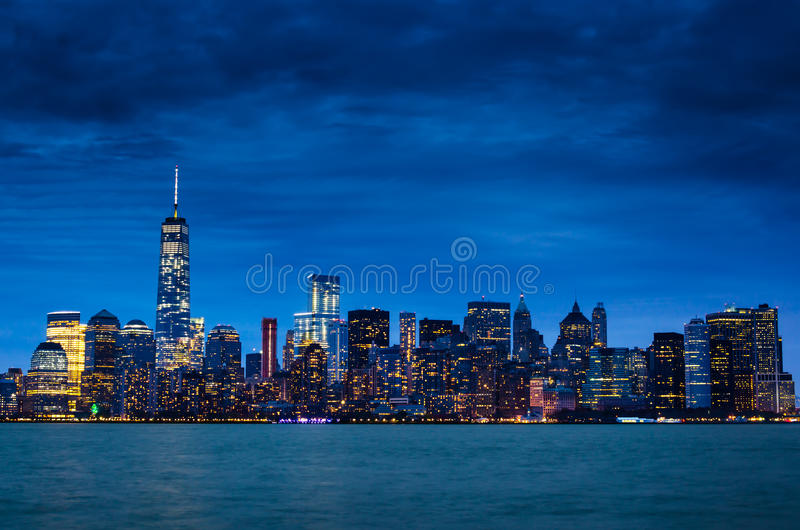 Skyline do centro de New York City Manhattan na noite foto de stock royalty free