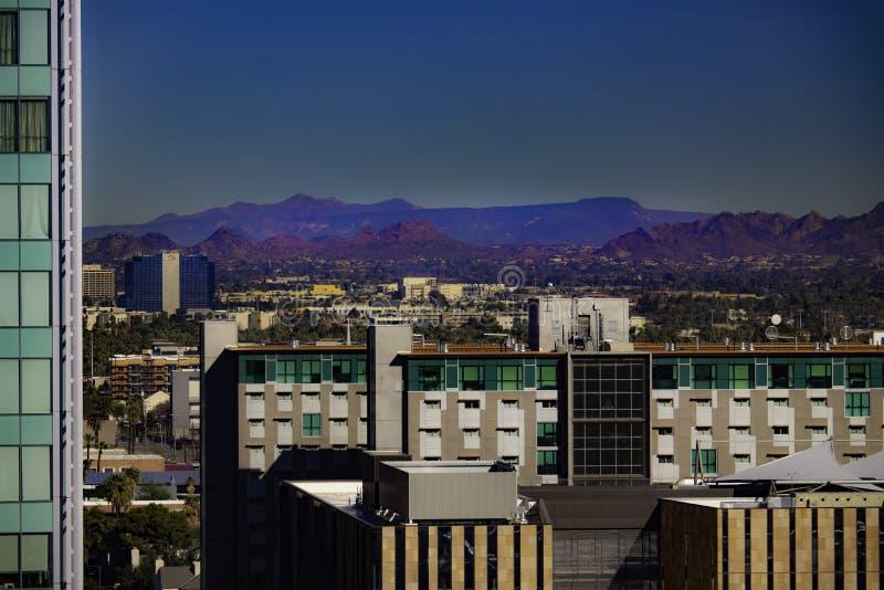 Skyline do centro de Phoenix com montanhas fotografia de stock royalty free