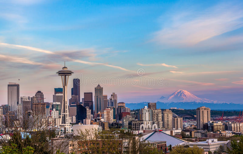Skyline do centro de Seattle e Mt Mais chuvoso no por do sol WA foto de stock royalty free
