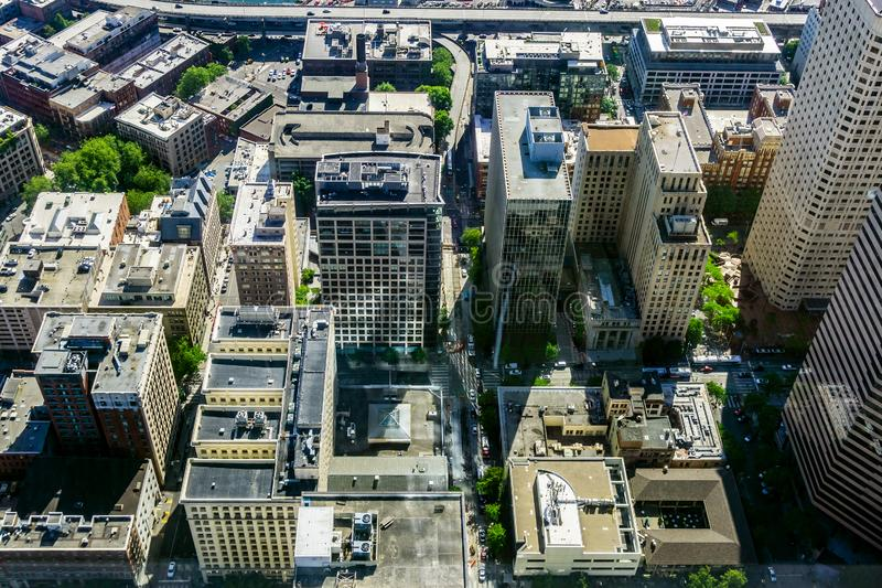 Skyline do centro de Seattle, WA, EUA Silhueta do homem de negócio Cowering foto de stock royalty free
