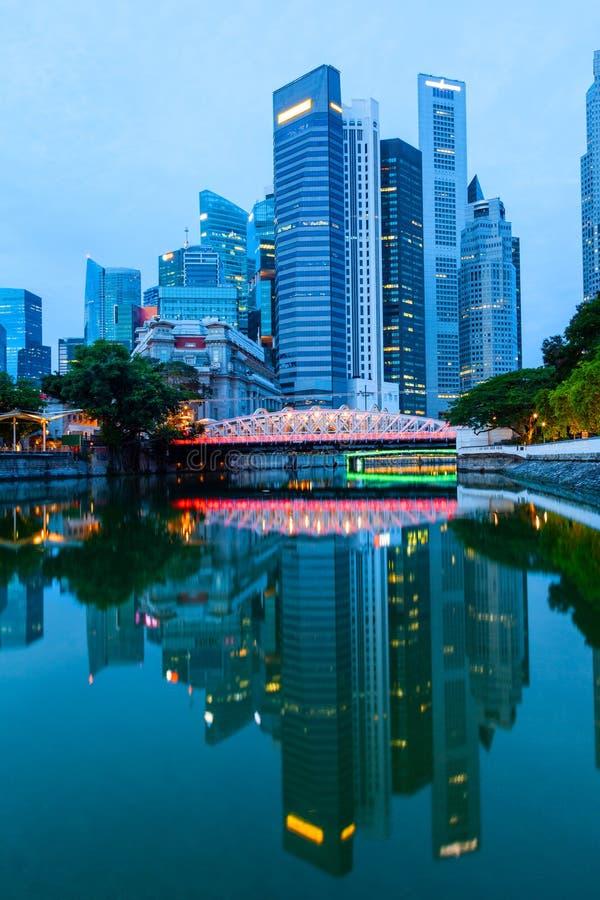Skyline do centro de Singapura na ruptura do alvorecer imagem de stock