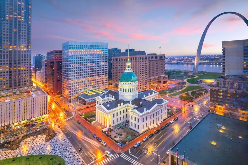 Skyline do centro de St Louis no crepúsculo fotos de stock