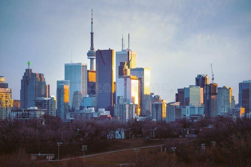 Skyline do centro de Toronto que olha ocidental no por do sol fotografia de stock