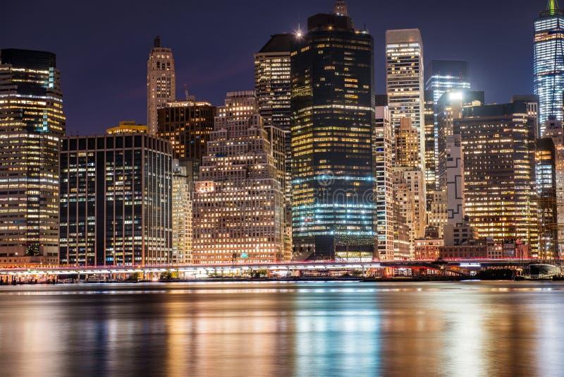 Skyline do centro dos arranha-céus de New York City Manhattan na noite fotografia de stock royalty free