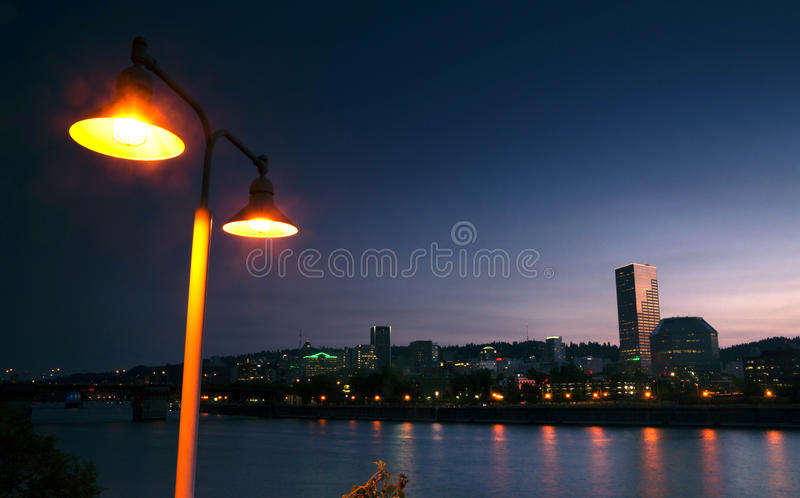 Skyline do centro EUA ocidentais da cidade de Portland da margem do rio de Willamette imagens de stock