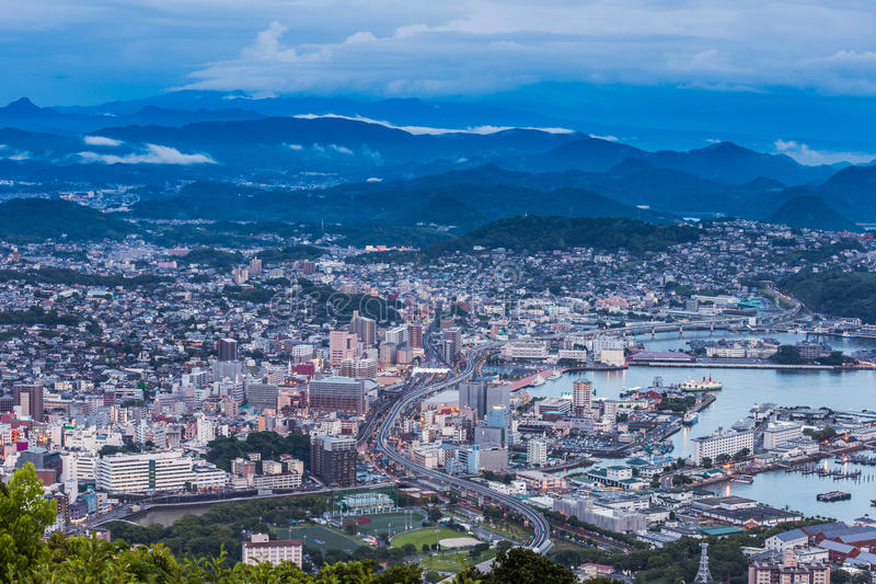 Skyline do centro na noite, Nagasaki de Sasebo, Japão imagens de stock