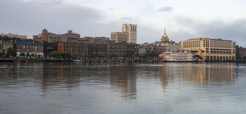 Skyline do centro Savannah Georgia EUA da cidade da opinião da margem do rio foto de stock