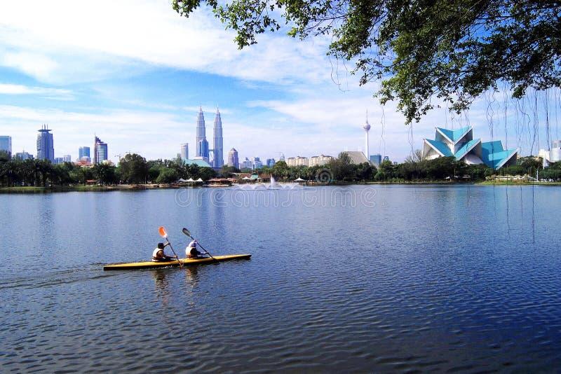Skyline do lago e do Kuala Lumpur Titiwangsa foto de stock