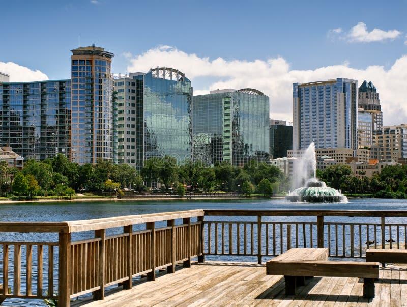 Skyline do lago Eola e do Orlando imagem de stock royalty free