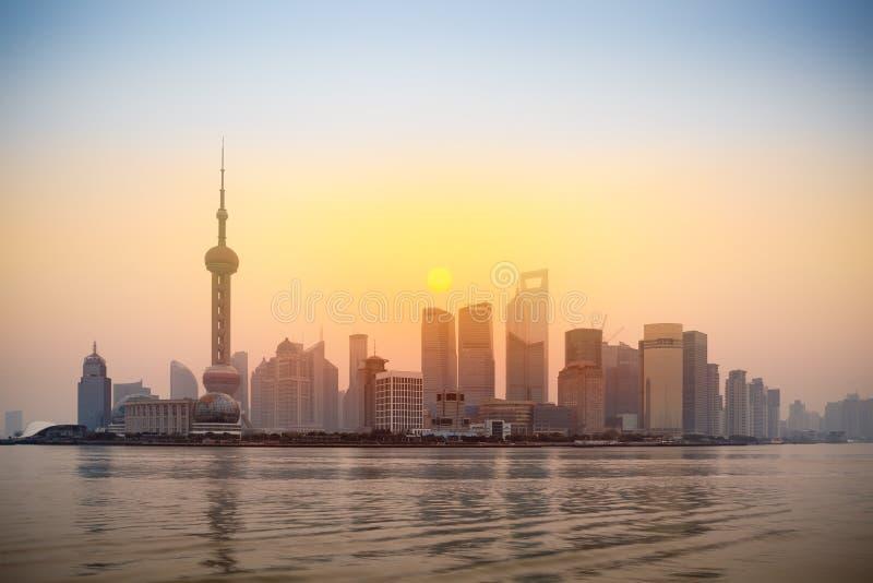 Skyline do lujiazui de Shanghai no nascer do sol fotos de stock royalty free