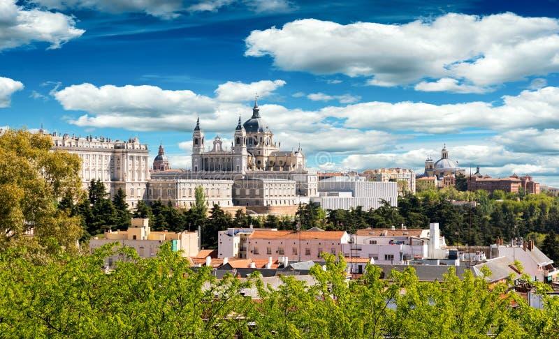 Skyline do Madri com Royal Palace imagens de stock