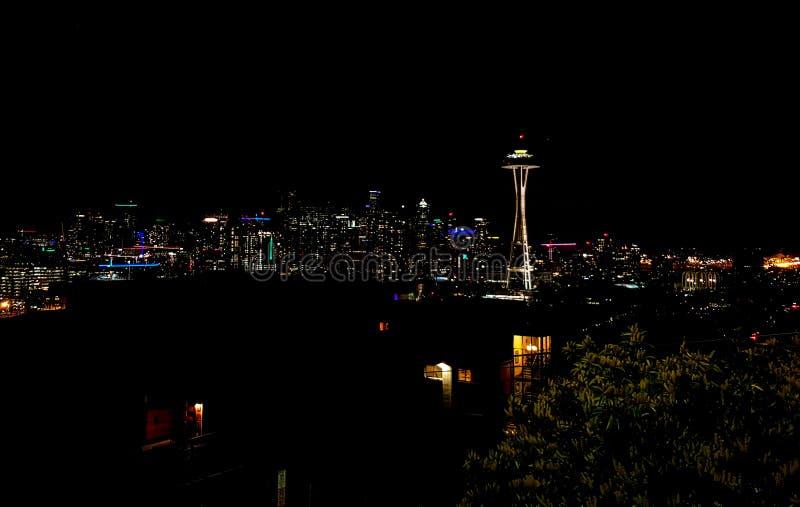 Skyline do panorama de Seattle na agulha do espaço do witah da noite fotos de stock