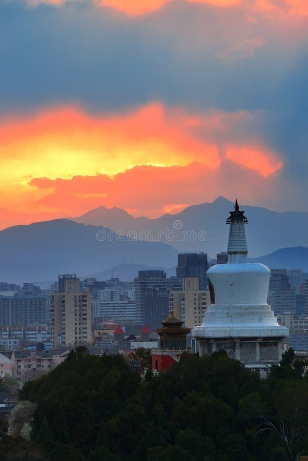 Skyline do Pequim no por do sol imagem de stock