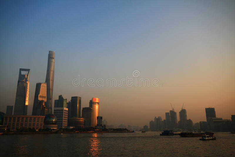 Skyline do por do sol de Shanghai fotos de stock