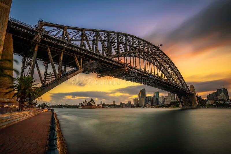 Skyline do por do sol de Sydney do centro com ponte do porto, NSW, Aus imagens de stock