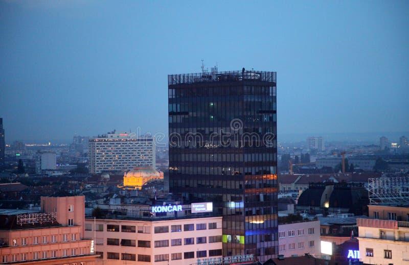 Skyline do por do sol Vista da catedral do centro, Zagreb fotografia de stock royalty free
