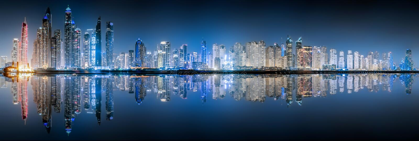 A skyline do porto de Dubai na noite foto de stock royalty free