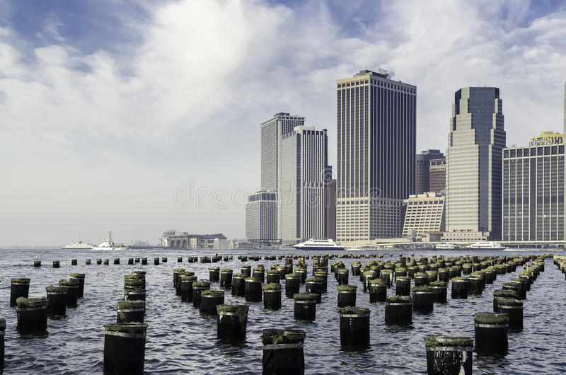 Skyline do porto e do Manhattan de New York, com Pier Pilings. fotografia de stock royalty free
