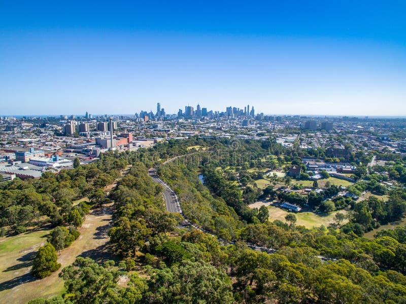 Skyline do ` s de Melbourne que negligencia o parque da curvatura de Yarra imagem de stock