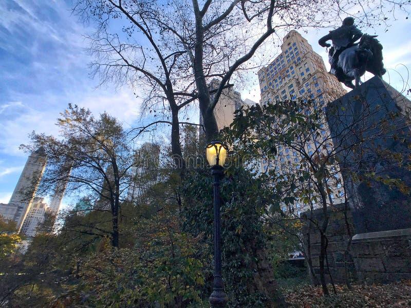 A skyline do sul do Central Park fotografou de baixo no parque imagens de stock