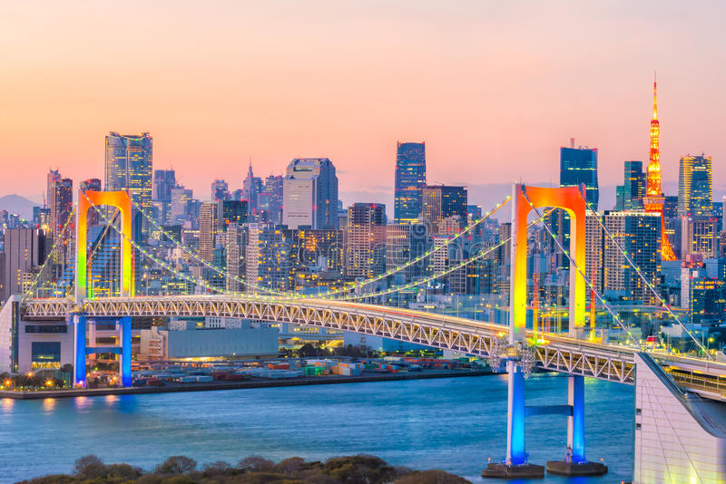 Skyline do Tóquio com torre do Tóquio e ponte do arco-íris imagens de stock royalty free