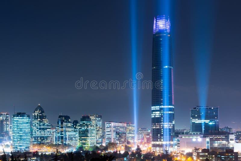 Skyline dos distritos de Las Condes e de Providencia iluminados na noite, Santiago imagens de stock royalty free