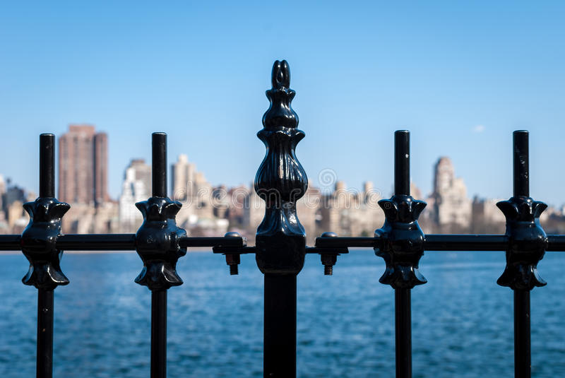 Skyline dos trilhos do ferro fotografia de stock royalty free