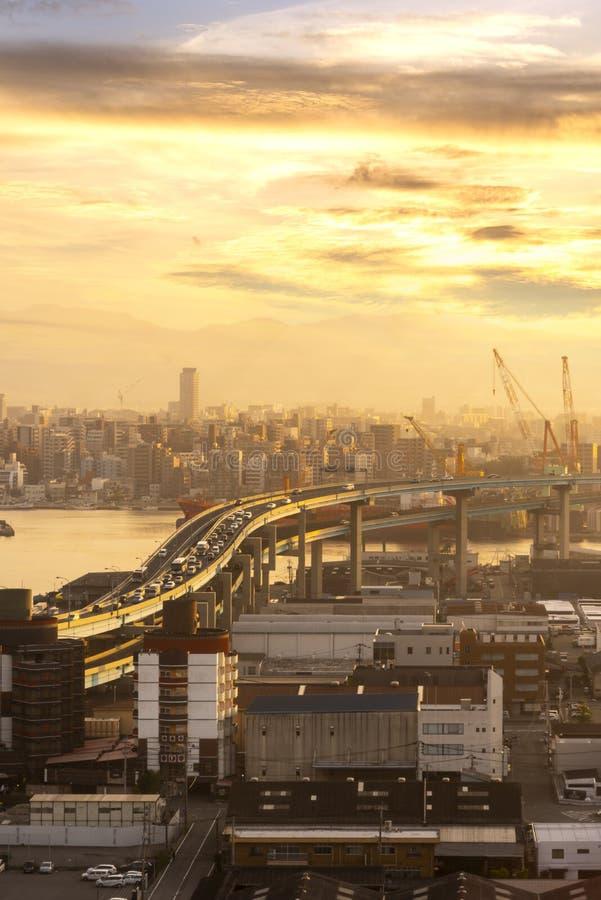 Skyline dourada do por do sol da luz do ver?o com uma ideia da arquitetura da cidade do centro da cidade de fukuoka, Fukuoka, Jap imagens de stock