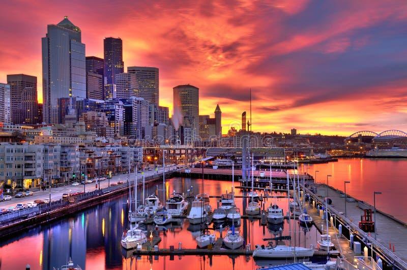 Skyline dramática de Seattle no alvorecer imagem de stock
