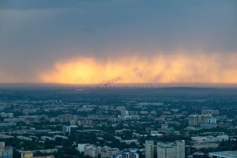 Skyline durante uma chuva do por do sol, Cazaquistão em agosto de 2018 t de Almaty imagem de stock