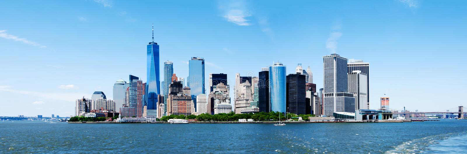 Skyline e Freedom Tower de New York City Manhattan do panorama fotografia de stock royalty free
