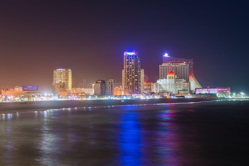 A skyline e o Oceano Atl?ntico na noite, em Atlantic City, New-jersey foto de stock royalty free