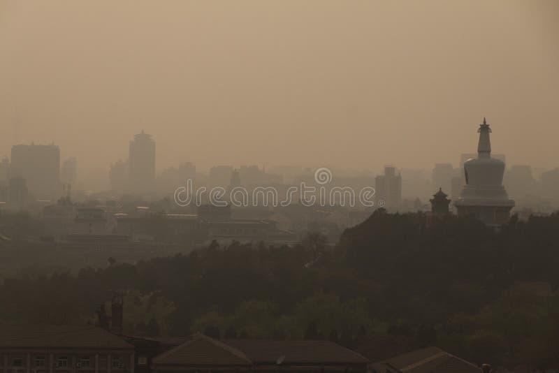 Skyline e poluição do ar na cidade do Pequim imagem de stock