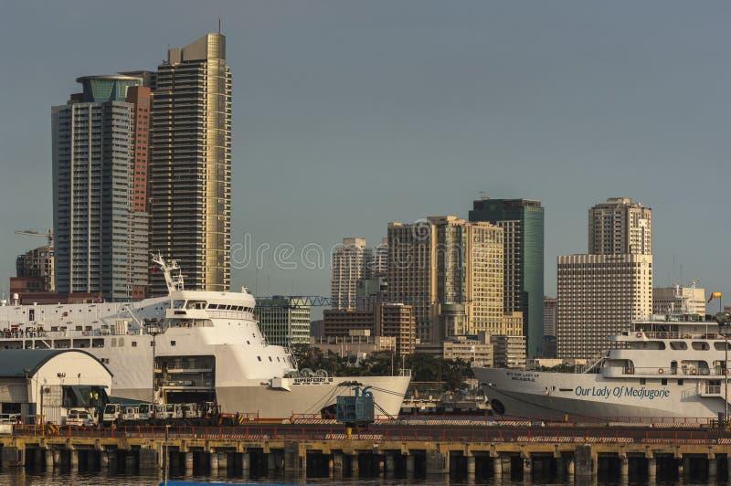 Skyline e porto de Manila imagem de stock royalty free