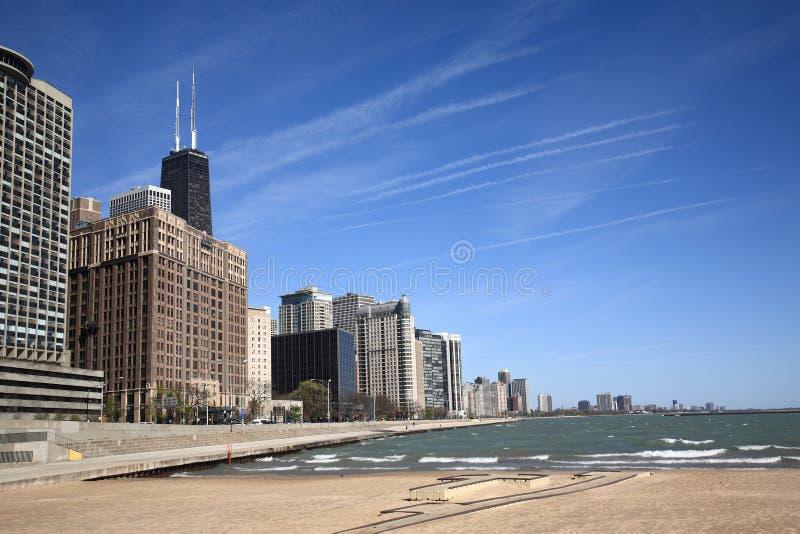 Skyline e praia de Chicago imagens de stock