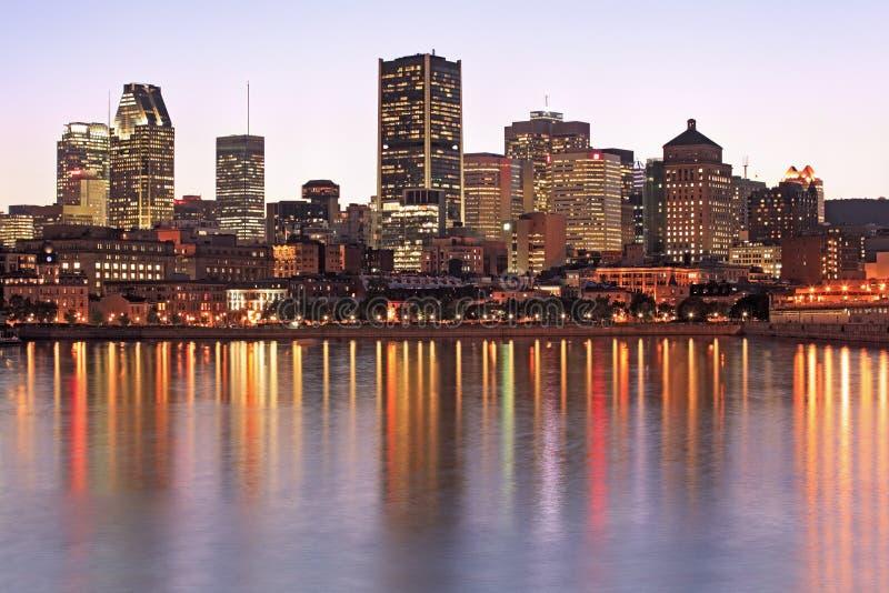 Skyline e reflexões de Montreal no crepúsculo, Quebeque, Canadá fotografia de stock