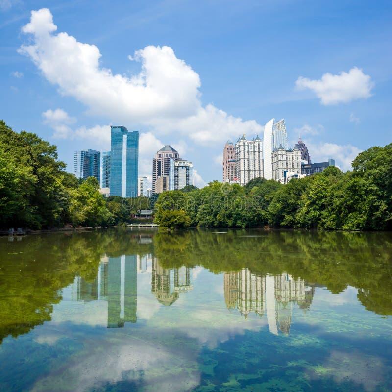 Skyline e reflexões do Midtown Atlanta, Geórgia foto de stock