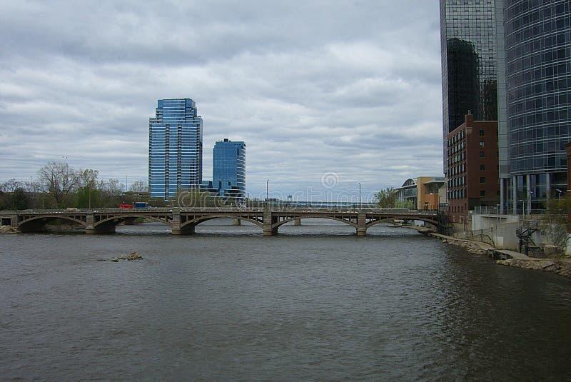 Skyline e rio de Grand Rapids fotografia de stock royalty free