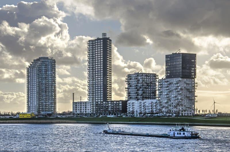 Skyline e rio suburbanos fotografia de stock royalty free