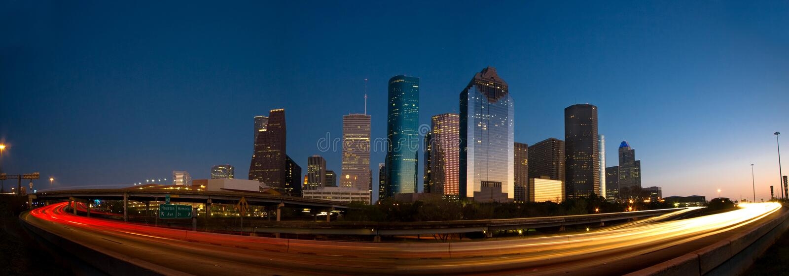 Skyline e tráfego de Houston no por do sol fotografia de stock royalty free