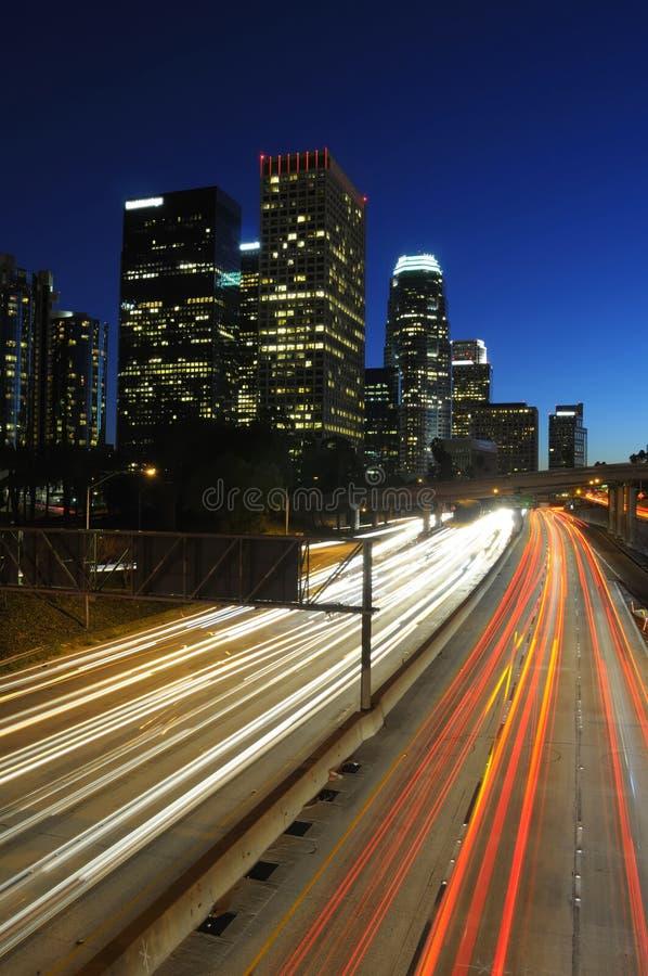 Skyline e tráfego do LA na noite imagem de stock royalty free