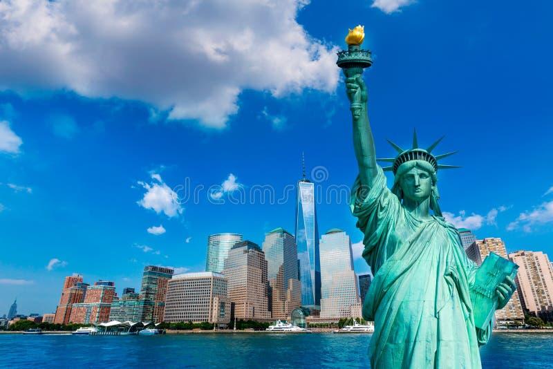 Skyline E.U. de Liberty Statue e de New York fotos de stock royalty free