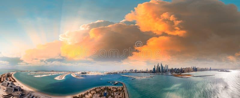 Skyline em Dubai, vista aérea panorâmico da palma Jumeirah e do porto fotografia de stock royalty free