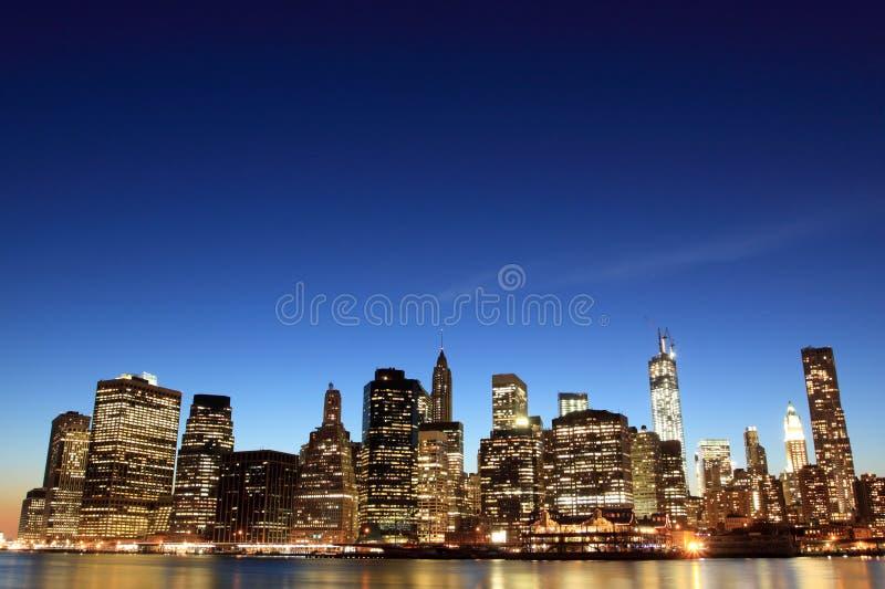 Skyline em luzes da noite, New York City de Manhattan fotografia de stock