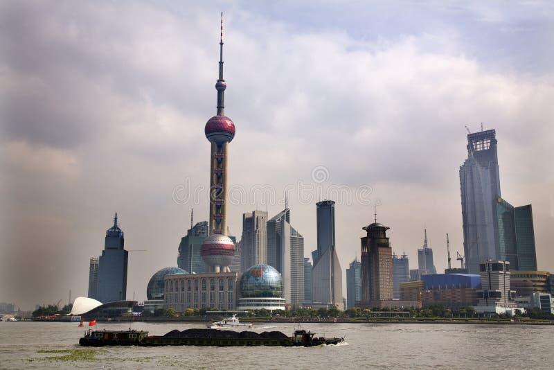 Skyline Fernsehkontrollturm-Tageszeit Shanghai-Pudong mit Boot lizenzfreies stockbild