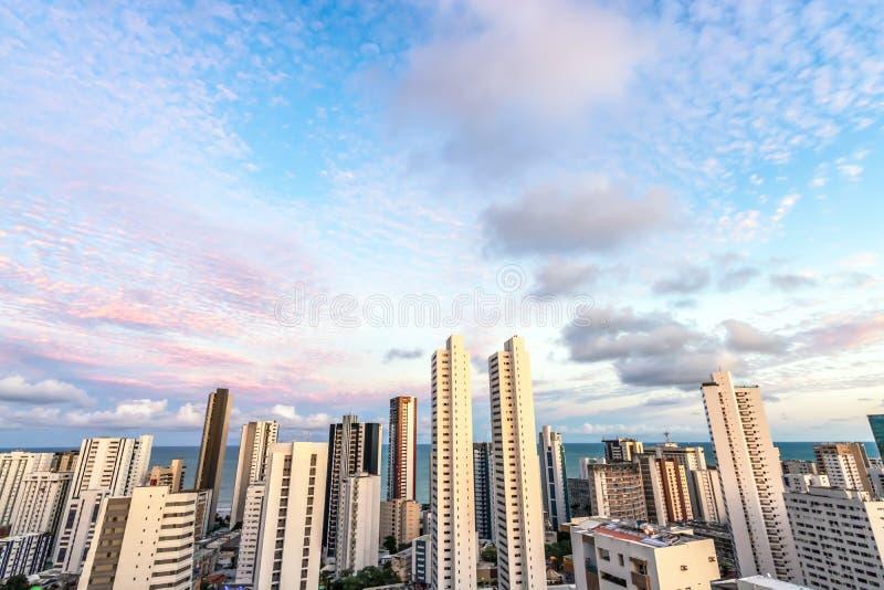 Skyline-Gebäude an einem rosa Himmel-Sonnenuntergangtag an der Boa Viagem setzen, Recife, Pernambuco, Brasilien auf den Strand stockbild