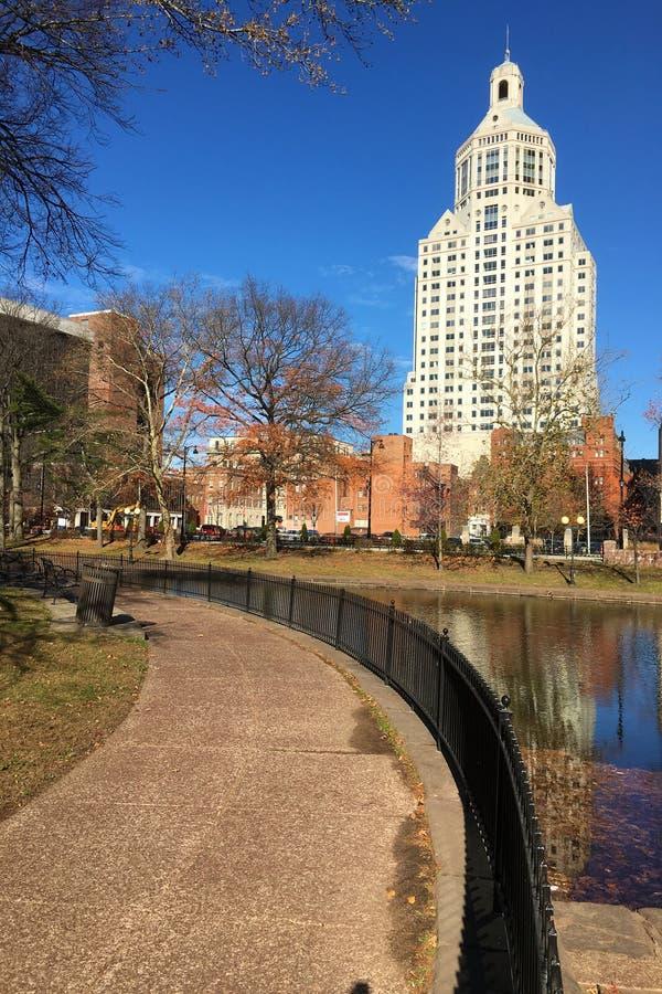 Skyline Hartfords, Connecticut reflektiert lizenzfreie stockfotografie