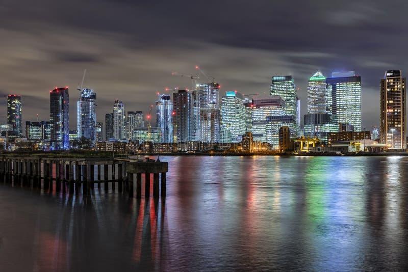 A skyline iluminada do distrito financeiro Canary Wharf em Londres imagem de stock royalty free