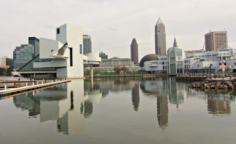 Skyline im Stadtzentrum gelegenen Cleveland-, Ohio- und Rockn' Rollenhall of fame und -museum lizenzfreie stockbilder