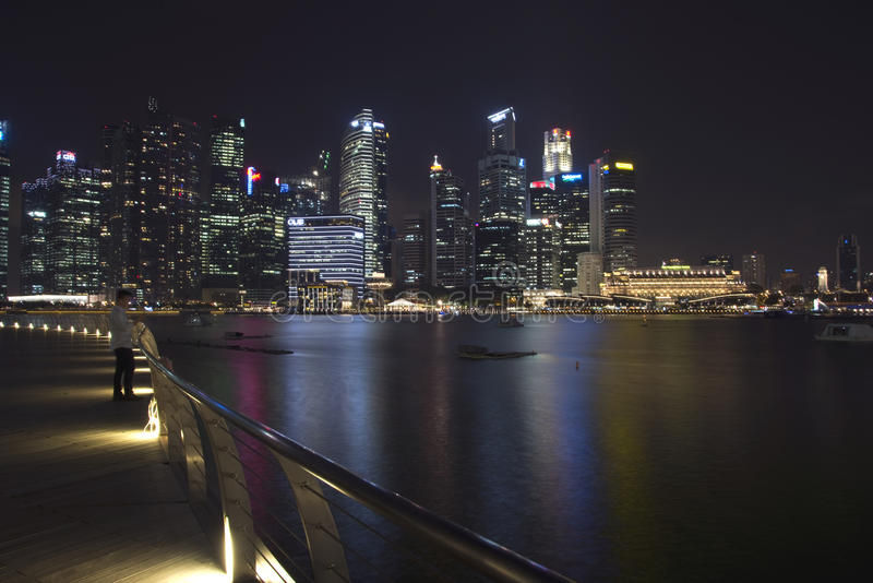 Skyline im Stadtzentrum gelegener Singapur-@ Nacht stockbild